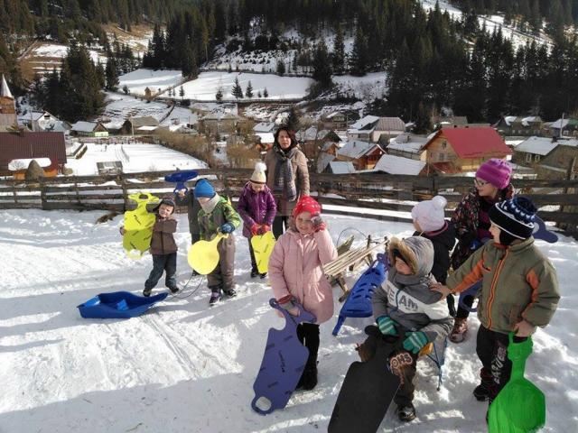 """Concursul """"Iarna la săniuş"""" a adunat la un loc copiii din Cârlibaba"""