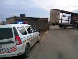 O rafală de vânt a răsturnat remorca unui camion pe E 85