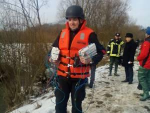 Pirotehniştii au folosit mai multe încărcături de trotil pentru dislocarea gheţii de pe râu