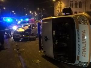 Ambulanţa a fost izbită din lateral şi s-a răsturnat în mijlocul intersecţiei