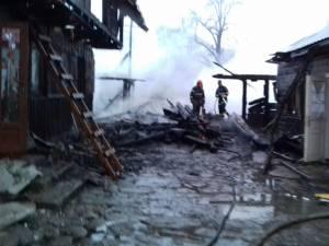 Trei gospodării cuprinse de un puternic incendiu, la Putna