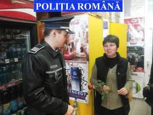 Flori pentru doamne de la poliţişti, în trafic şi pe peronul gării