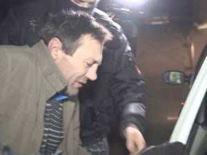 Şoferul, escortat de mascaţii de la Serviciul de Acţiuni Speciale
