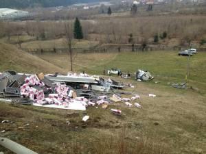Vehiculul greu s-a răsturnat pe un teren viran şi a fost distrus complet