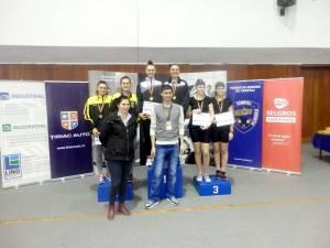 Antrenorul Ioan Despa alături de sportivele Larisa Roșu și Elena Dănuț la naționalele de ergometru