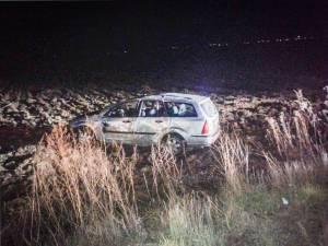 Maşina a ieşit în decor şi s-a răsturnat pe un teren agricol