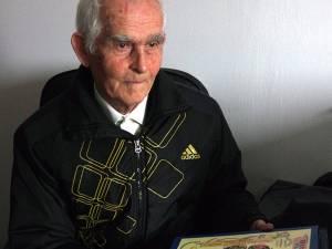 """La 83 de ani, fostul profesor de biologie Vasile Tanasiciuc şi-ar dori ca """"zestrea"""" , culegerile de texte şi imagini, să ajungă în bibliotecile şcolilor din Şerbăuţi şi Călinești"""