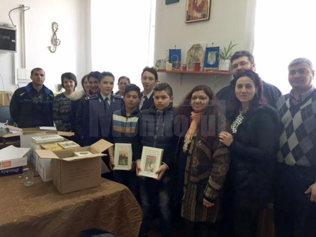 Poliţiştii le-au oferit peste 200 de cărţi copiilor din Dolhasca