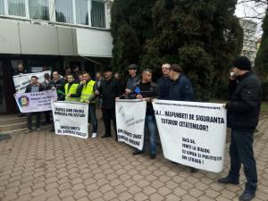 Câteva zeci de poliţişti protestează în faţa sediului instituţiei din Suceava