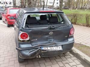 Autoturismul oprit de femeie la semafor a fost izbit în plin din spate, tânăra de 23 de ani din interior fiind rănită în urma impactului puternic