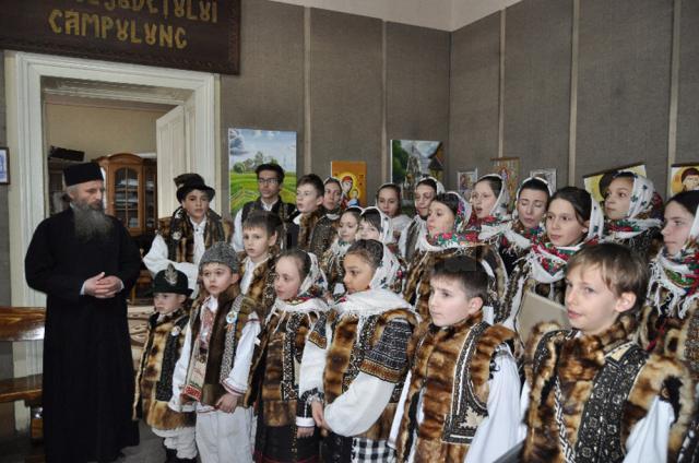 """Muzeul """"Arta lemnului"""" Câmpulung Moldovenesc a organizat vernisajul expozițiilor """"Ouă încondeiate, """"Pictură pe sticlă"""" și """"Grafică și acuarelă"""""""