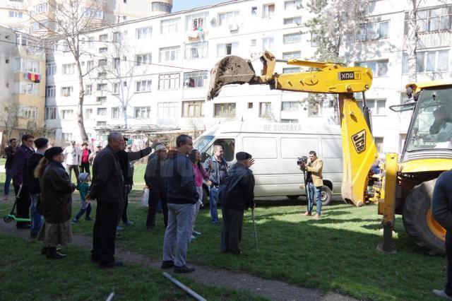 Locuitorii din zonă s-au așezat în fața excavatorului, pentru a-l împiedica să se apuce de săpături
