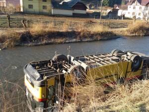 Un autobuz s-a răsturnat în râul Moldova, la Fundu Moldovei
