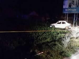 În timpul urmăririi, într-o curbă agentul a pierdut controlul direcţiei, iar maşina a părăsit şoseaua și s-a răsturnat pe câmp