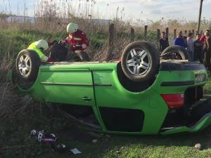 Autoturismul a fost scăpat de sub control pe drumul pietruit, a pătruns pe contrasens și s-a răsturnat în afara drumului