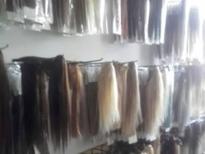 Extensii de păr și sume de bani ridicate la percheziţii