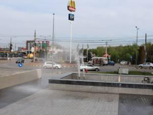 Apa ajungea pe esplanadă sau chiar la gura de intrare în parcarea subterană nr. 1, în loc să cadă în cuva fântânii arteziene, cum era normal