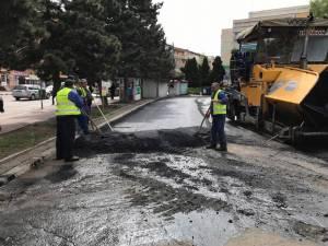 Asfaltarea parcării publice din fața Hotelului Bucovina a fost finalizată ieri după-amiază