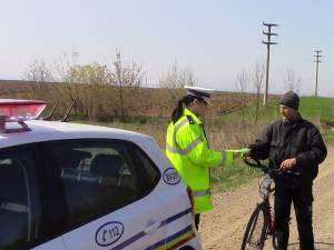 Poliţiştii au oferit copiilor, dar şi adulţilor identificaţi mergând pe biciclete 30 de veste reflectorizante