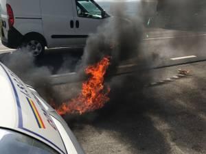 Dispozitivul incendiar a căzut pe asfaltul parcării, unde a ars o perioadă de timp