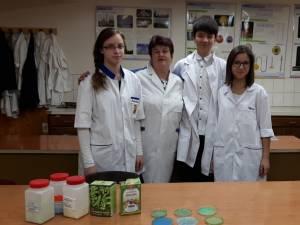 Elena Adriana Murariu, Debora Sara Schmidt și Ionathan Prodan, împreună cu prof. Valerica Ignătescu