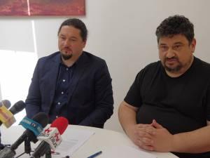 """Managerul Muzeului de Artă """"Ion Irimescu""""Fălticeni, Teodor Brădăţanu, şi directorul Muzeului Bucovinei, Emil Ursu"""