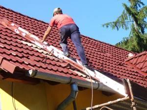 Au luat banii în avans şi nu au mai vopsit acoperişul