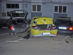 Trei din cele patru autoturisme avariate care au fost lăsate peste noapte în parcarea amenajată pe strada Lalelelor din cartierul George Enescu