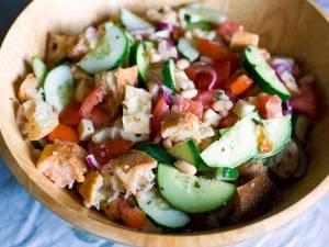 Salată italiană cu pâine uscată (panzanella), versiune de post. Foto: wikipedia.org