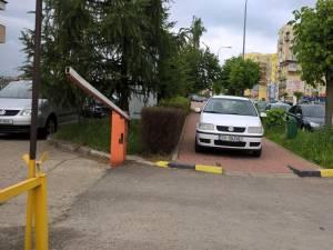 Maşina parcată ieri pe trotuarul din faţa instituţiei