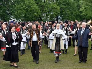Gheorghe Flutur şi Ion Lungu au intrat în horă alături de gospodari
