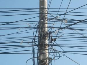 Primăria Suceava vrea să înfiinţeze un serviciu de gestionare a cablurilor aeriene din oraş
