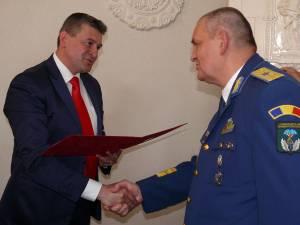 Primarul Cătălin Coman înmânându-i generalului de brigadă (r) dr. Marius Dumitru Crăciun diploma de Cetăţean de Onoare al municipiului Fălticeni