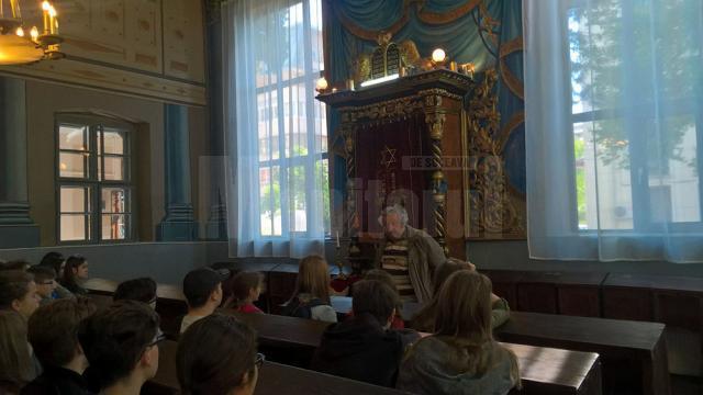 """Elevi de la CN """"Ştefan cel Mare"""", la prima oră de istorie în Sinagoga Gah"""