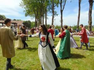 Tinerii suceveni, îmbrăcați în costume medievale, au dansat pe platoul Cetății de Scaun Suceava