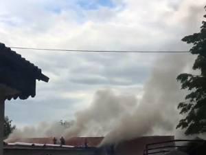 În incendiu au ars aproximativ 200 de metri pătraţi din acoperişul clădirii şi o mare parte din deşeurile de lemn din interior