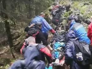 Mădălina Itu coborâtă de pe munte de salvamontiștii din Bușteni