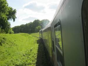 Trenul parcurge un traseu pitoresc