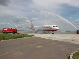 """La prima lor aterizare pe Aeroportul """"Ştefan cel Mare"""" din Suceava, ambele aeronave au fost întâmpinate cu tradiţionalul salut cu tunuri de apă"""