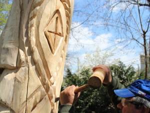 Liviu Jitariu transformă trunchiurilor copacilor morți în creații artistice pline de viață