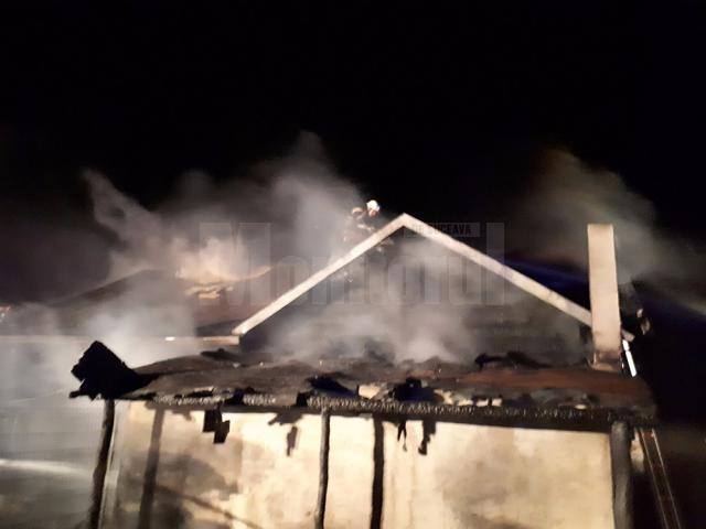 Pompierii chemaţi la faţa locului s-au chinuit ore în şir să stingă incendiul