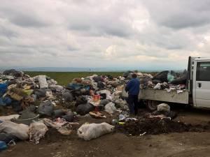Angajaţii Primăriei Bosanci au descărcat un nou transport de gunoi