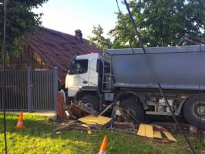 Scăpat de sub control, un autocamion a distrus un gard la Plopeni
