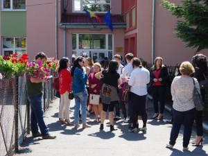 Părinţii își aşteaptă copiii să iasă din examen