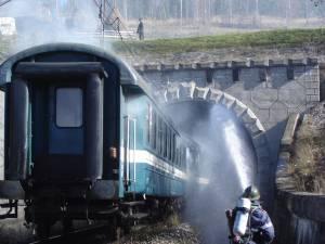 Exercitiul tactic presupune intervenția lucratorilor ISU în cazul unui incendiu declanșat la un vagon de călători, în interiorul unui tunel de cale farată