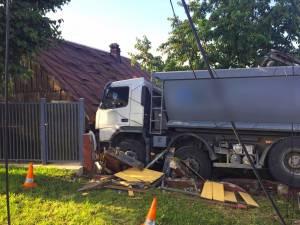 Într-o curbă la stânga, şoferul a pierdut controlul direcţiei, a părăsit şoseaua și a distrus gardul unei locuinţe