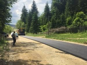 Au demarat lucrările de asfaltare a drumului judeţean Brodina-Ulma, DJ 209G, care deschide legătura cu Ucraina