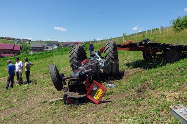 Accidentul s-a petrecut după ce una din roțile din față ale tractorului pur și simplu a sărit