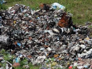 După ce au descarcat gunoiul într-o groapă de pe malul râului, cei de la primărie au încercat să îi dea foc