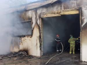 Focul a distrus mai toate bunurile din interior